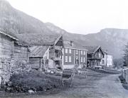 Ose Skydsstation seet fra Syd med det gamle Bur, som nu er flyttet til Folkemuseet paa Bygdø ved Kristiania.