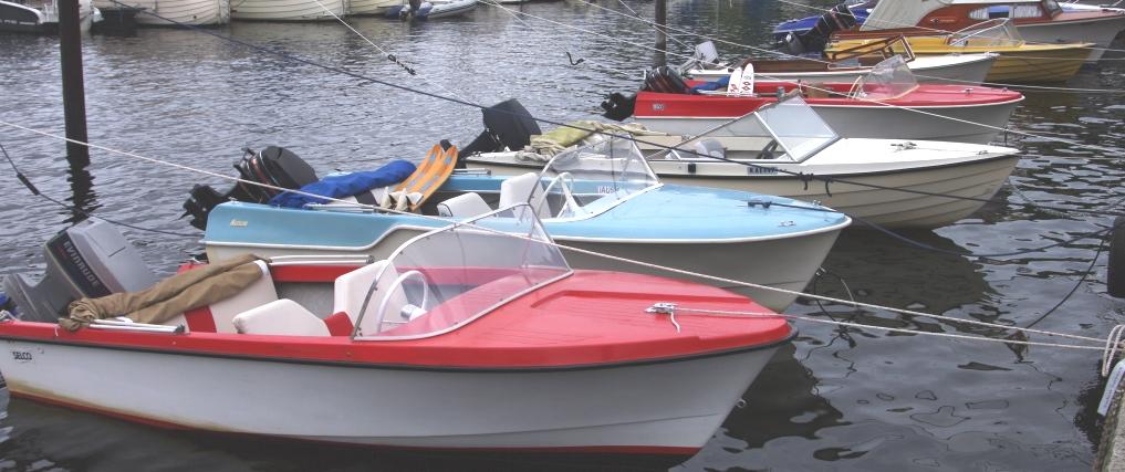 Klassiske plastbåter i museets flytende båtutstilling Foto Arve Lindvig