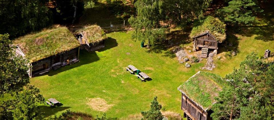 Dronefoto fra Setesdalstunet ved Vest-Agder-museet på Kongsgård i Kristiansand.