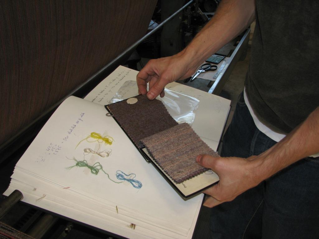 Gransking av gammel prøvebok ved Sjølingstad Uldvarefabrik