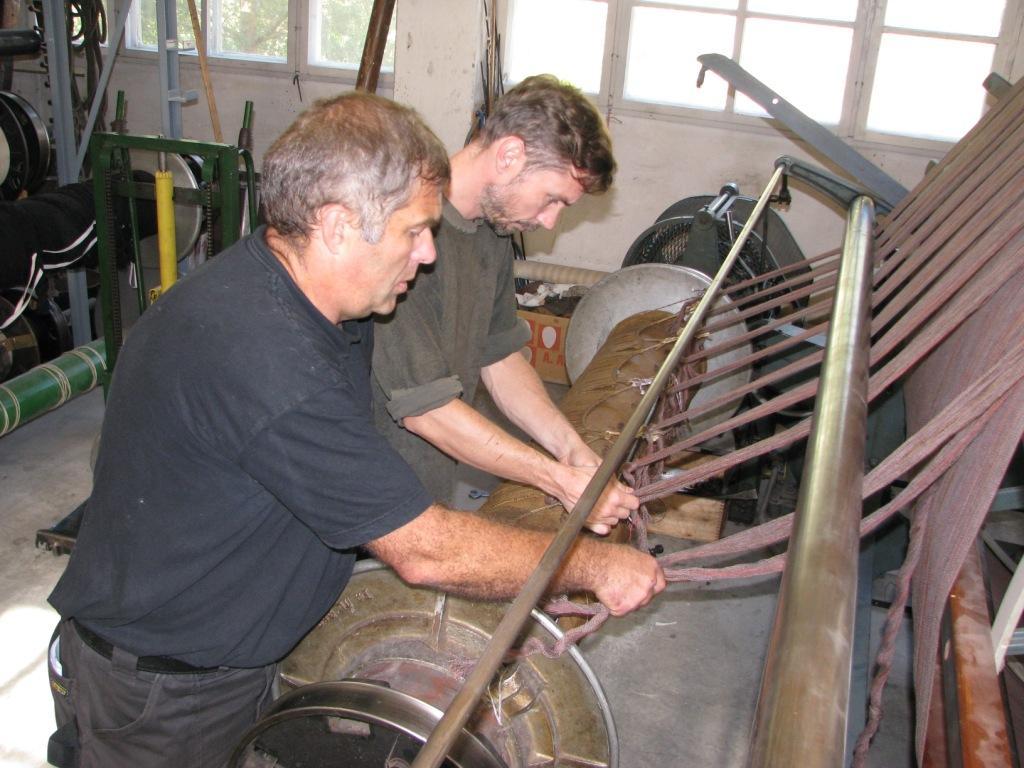 Fra et tidligere prosjekt ved museumsfabrikken. Frans Schmidt og Einar Kristensen bommer av renning til veven.