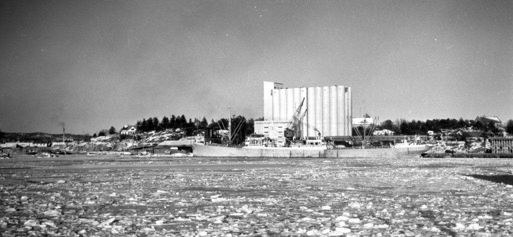 Kornsiloen og Odderøya vinteren 1940. Foto Dagfinn Pettersen. VAFB-FS-0138-3