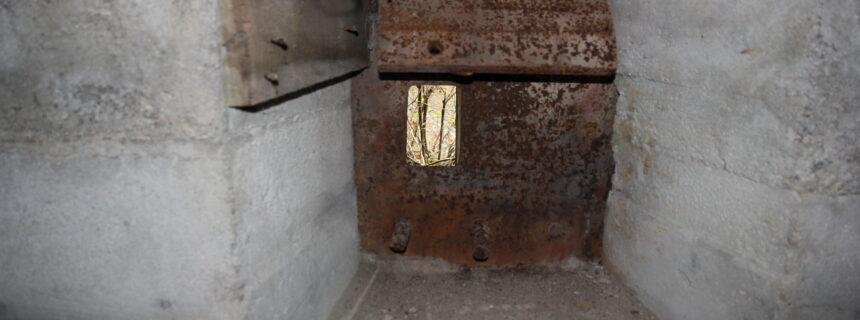 Skyteskår som dekker bunkerens inngangsparti