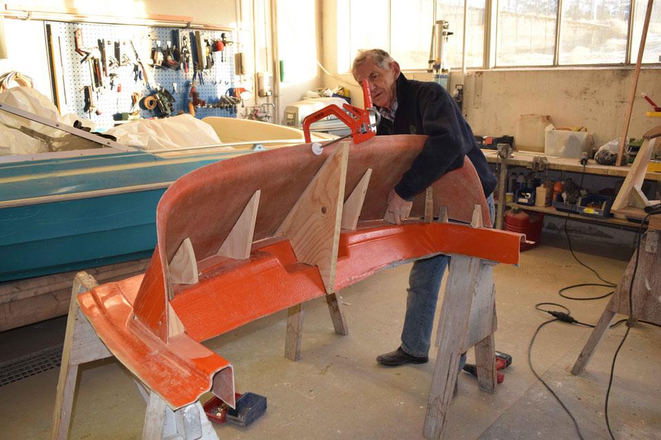 Roald Skibsrud er i ferd med å feste en av knektene på formen. Foto Jan Egil Hansen.